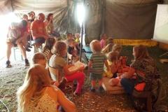 Den pátý - Děti sedí pozorně, je pohádka