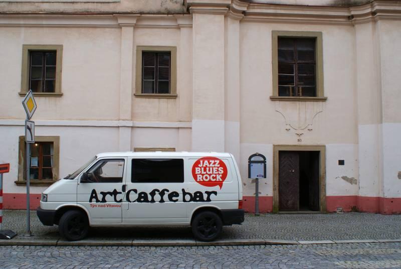 Art Caffe Bar na cestách